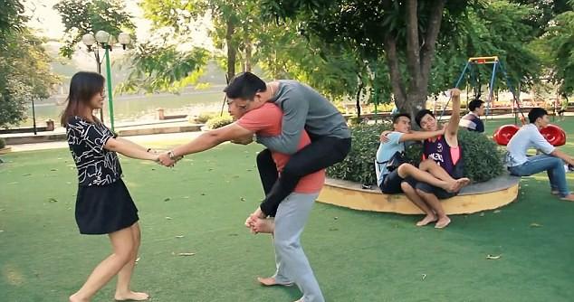 """Chùm ảnh vạch trần """"thế giới ảo"""" trên mạng xã hội của nhiếp ảnh gia Việt trên Daily mail ảnh 2"""