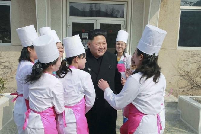 Obama làm đầu bếp, Kim Jong Un đáp chuyên cơ thị sát, bà Merkel chụp ảnh selfie ảnh 13