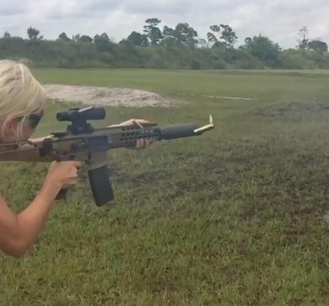 Bỏng mắt với giàn mỹ nhân gợi cảm thích bắn súng ảnh 15