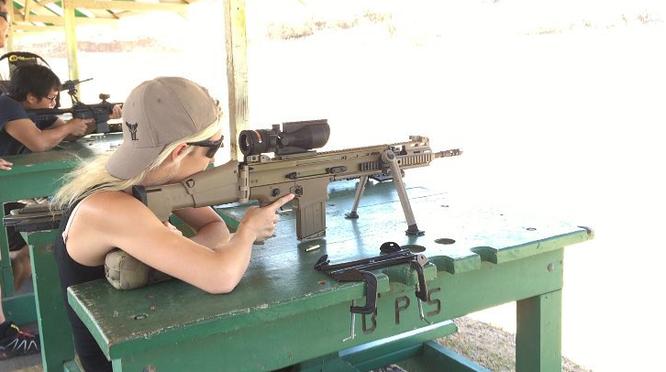 Bỏng mắt với giàn mỹ nhân gợi cảm thích bắn súng ảnh 27