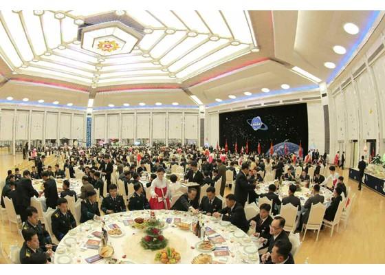 Kim Jong Un mở đại tiệc mừng phóng vệ tinh thành công ảnh 12