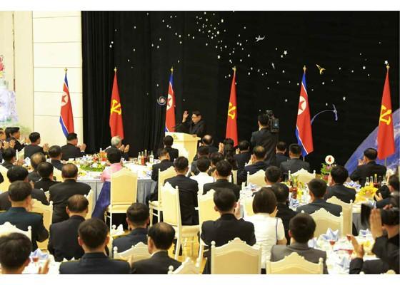 Kim Jong Un mở đại tiệc mừng phóng vệ tinh thành công ảnh 5