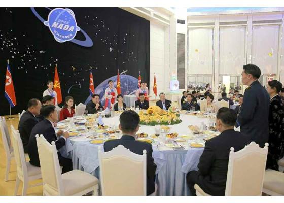 Kim Jong Un mở đại tiệc mừng phóng vệ tinh thành công ảnh 7