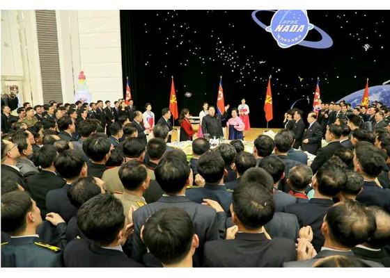 Kim Jong Un mở đại tiệc mừng phóng vệ tinh thành công ảnh 9