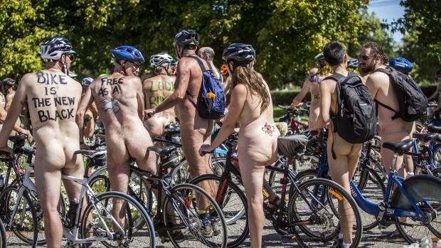 Choáng nặng với những tay đua tồng ngồng đạp xe dạo phố ảnh 1