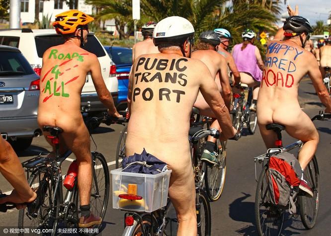 Choáng nặng với những tay đua tồng ngồng đạp xe dạo phố ảnh 3