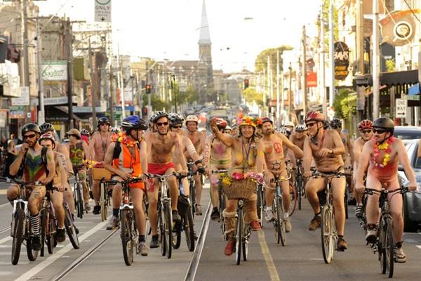Choáng nặng với những tay đua tồng ngồng đạp xe dạo phố ảnh 2