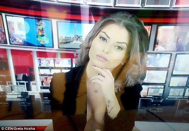 Nữ MC hở ngực khi đưa tin được đài truyền hình Australia mời cộng tác với mức lương cao ảnh 3