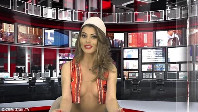 Nữ MC hở ngực khi đưa tin được đài truyền hình Australia mời cộng tác với mức lương cao ảnh 1