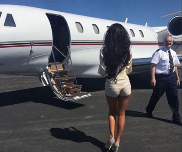 """Giới nhà giàu Anh """"hợm của"""" đi lại bằng trực thăng, rút tiền hỉ mũi, lau giày ảnh 1"""