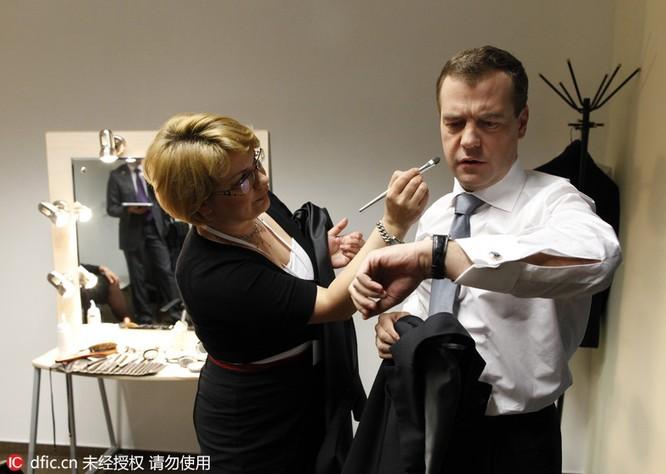 Thủ tướng chải tóc, bộ trưởng thoa son: Khi chính khách thích làm đẹp ảnh 8