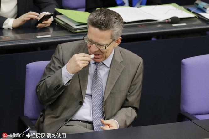 Thủ tướng chải tóc, bộ trưởng thoa son: Khi chính khách thích làm đẹp ảnh 7