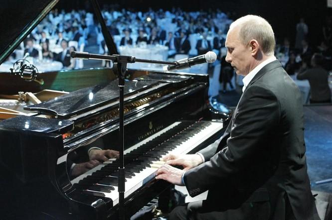 Obama nhảy Tango, Putin chơi piano: Khi chính khách trổ tài lẻ ảnh 3