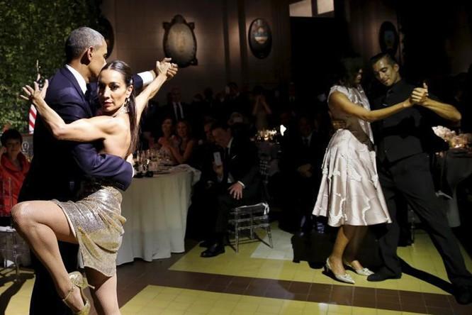 Obama nhảy Tango, Putin chơi piano: Khi chính khách trổ tài lẻ ảnh 1