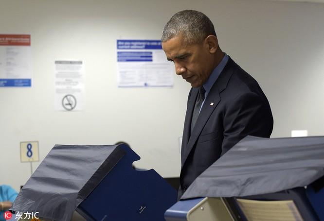 Tổng thống cũng đãng trí: Ông Obama đi bỏ phiếu, quên điện thoại chạy về lấy ảnh 5