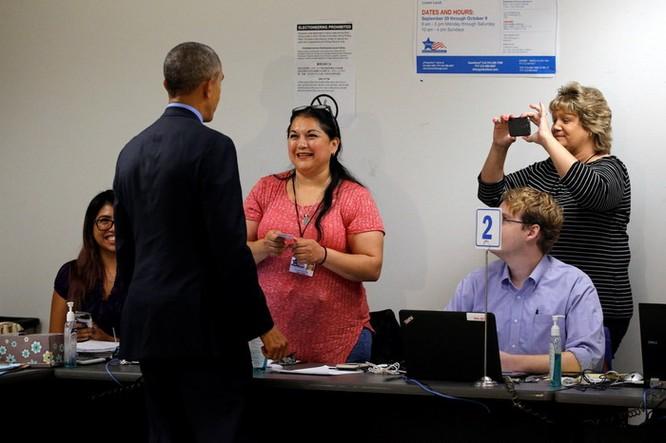 Tổng thống cũng đãng trí: Ông Obama đi bỏ phiếu, quên điện thoại chạy về lấy ảnh 11
