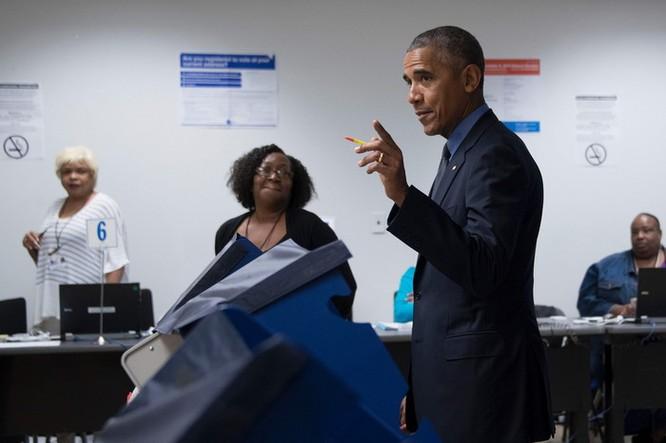Tổng thống cũng đãng trí: Ông Obama đi bỏ phiếu, quên điện thoại chạy về lấy ảnh 7