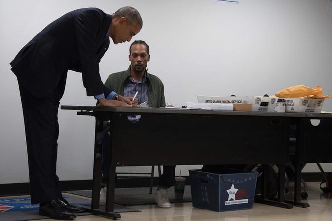 Tổng thống cũng đãng trí: Ông Obama đi bỏ phiếu, quên điện thoại chạy về lấy ảnh 6
