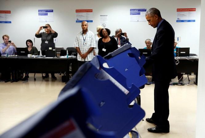 Tổng thống cũng đãng trí: Ông Obama đi bỏ phiếu, quên điện thoại chạy về lấy ảnh 8