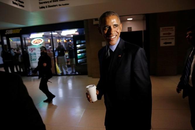 Tổng thống cũng đãng trí: Ông Obama đi bỏ phiếu, quên điện thoại chạy về lấy ảnh 12