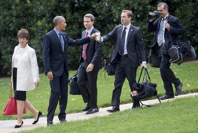 Tổng thống cũng đãng trí: Ông Obama đi bỏ phiếu, quên điện thoại chạy về lấy ảnh 1