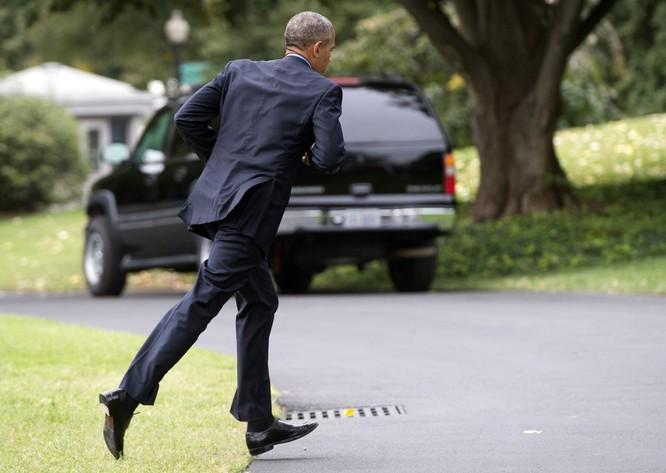 Tổng thống cũng đãng trí: Ông Obama đi bỏ phiếu, quên điện thoại chạy về lấy ảnh 3