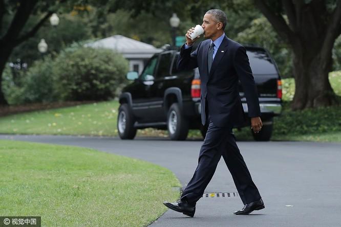 Tổng thống cũng đãng trí: Ông Obama đi bỏ phiếu, quên điện thoại chạy về lấy ảnh 2