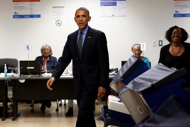 Tổng thống cũng đãng trí: Ông Obama đi bỏ phiếu, quên điện thoại chạy về lấy ảnh 9