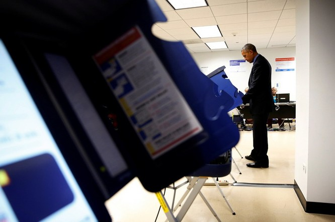 Tổng thống cũng đãng trí: Ông Obama đi bỏ phiếu, quên điện thoại chạy về lấy ảnh 10