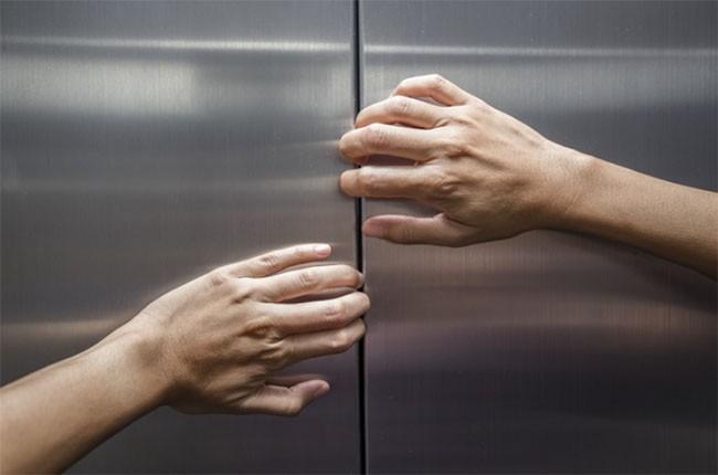 Làm thế nào để thoát khỏi thang máy bị kẹt khi không có trợ giúp? ảnh 8