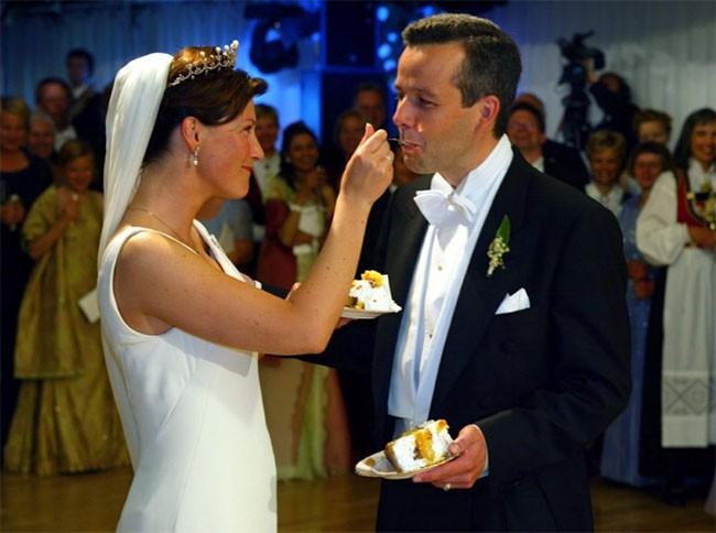 """Choáng ngợp với 12 chiếc bánh cưới hoàng gia """"khủng"""" nhất mọi thời đại ảnh 12"""