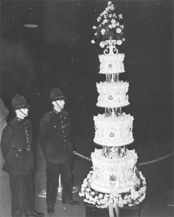 """Choáng ngợp với 12 chiếc bánh cưới hoàng gia """"khủng"""" nhất mọi thời đại ảnh 2"""