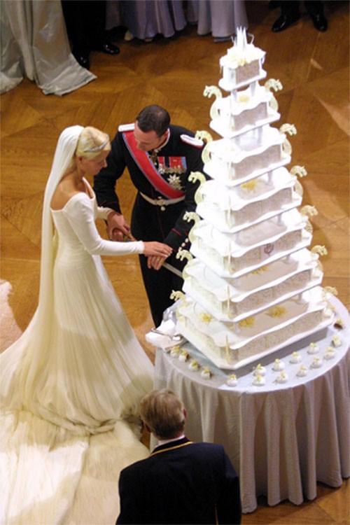 """Choáng ngợp với 12 chiếc bánh cưới hoàng gia """"khủng"""" nhất mọi thời đại ảnh 5"""