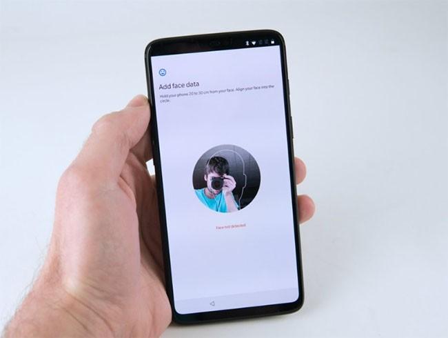 """Top 5 smartphone Android với màn hình siêu """"sexy"""" khác hoàn toàn iPhone X ảnh 2"""