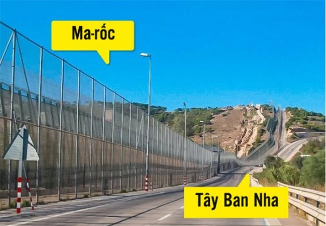 """10 đường biên giới """"lạ lùng"""" nhất trên thế giới ảnh 5"""