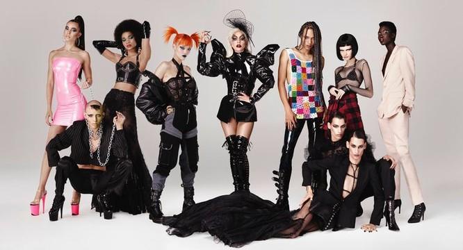 Nữ ca sĩ đã đăng một video quảng cáo có hình cô và một loạt các người mẫu nhảy múa với bộ mặt trang điểm long lanh.