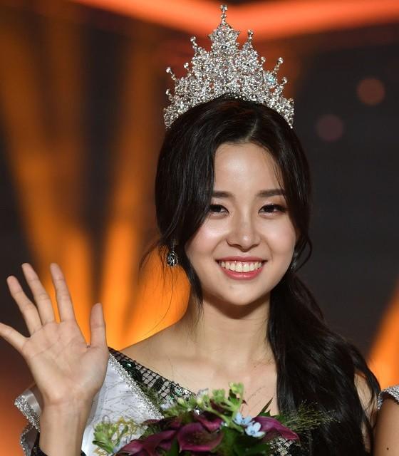 Kim Sae Yeon đã xuất sắc vượt qua 31 thí sinh để giành ngôi vị cao nhất trong đêm chung kết tối 11/7.