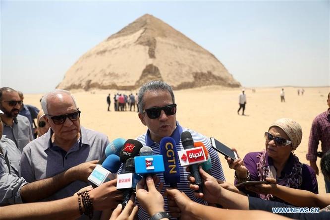 Bộ trưởng Bộ Cổ vật Khaled al-Anany nói với các phóng viên trong buổi lễ khai mạc ở sa mạc gần kim tự tháp.