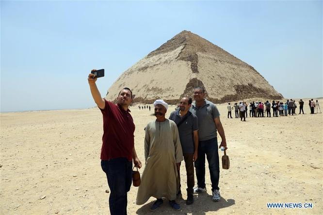 Kim tự tháp Bent cao khoảng 101 mét với chân đế gần 188 mét. Lối vào phía bắc mở ra cho du khách dẫn đến một lối đi hẹp dài 80 mét với một cầu thang cuối cùng dẫn đến một phòng chôn cất