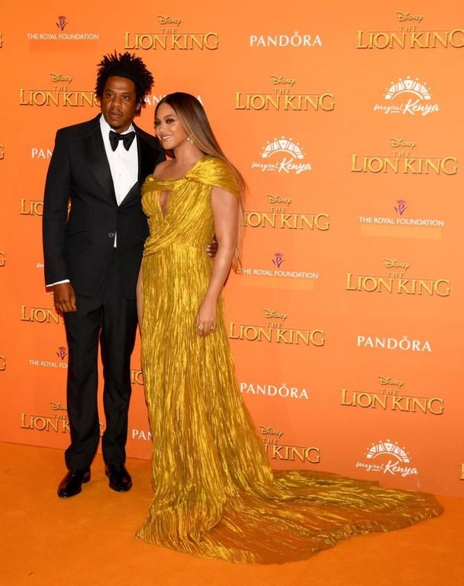 Beyonce cùng Jay-Z trong lễ ra mắt phim, cô mặc trang phục của nhà thiết kế Công Trí