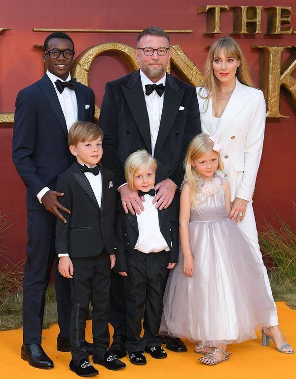 Đạo diễn Guy Ritchie bên vợ trẻ kém 13 tuổi Jacqui cùng các con.