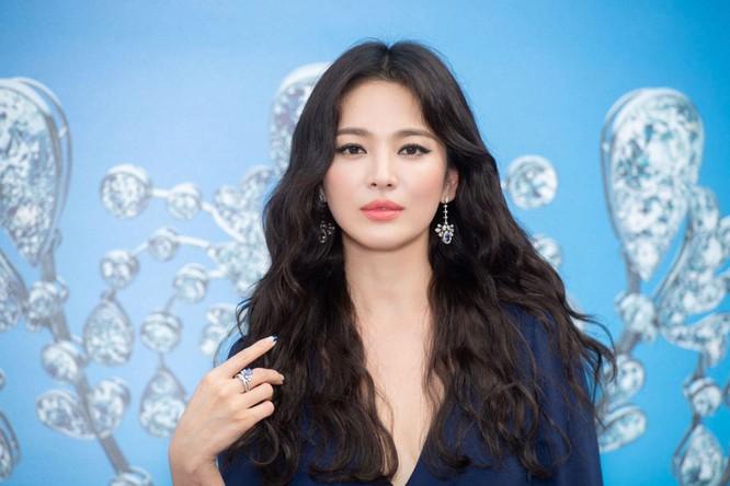 Diễn viên Hàn Quốc Song Hye-Kyo đã dành thời gian chia sẻ với phóng viên Tạp chí Hong Kong Tatler ở Monaco, nơi cô thẳng thắn nói về số phận và dự định tự chăm sóc bản thân, và tiết lộ một trong những điều ước sinh nhật cho tuổi mới của cô.