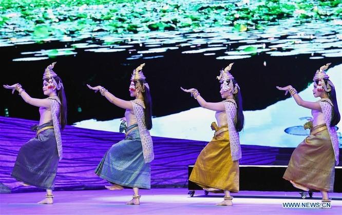 Các nghệ sỹ đến từ Campuchia trình diễn trang phục dân tộc