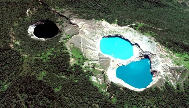 Ba các hồ có màu sắc khác nhau
