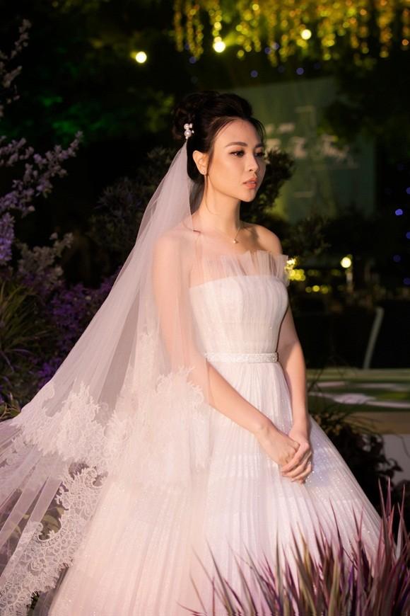 Đàm Thu Trang trong trang phục cô dâu
