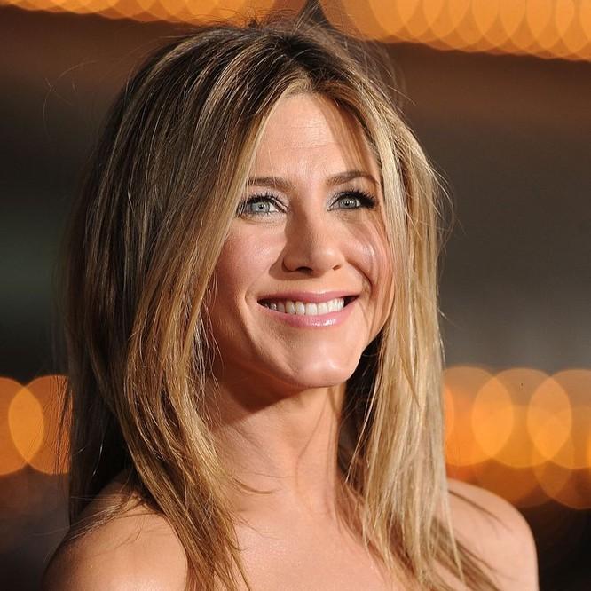 Tuy nhiên Aniston đang hẹn hò với người khác, không phải Brat Pitt. Ảnh: Harper Baazar