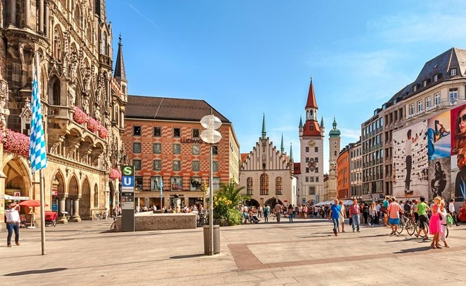 Nhưng quảng trường lớn nằm giữa các tòa nhà cổ kính luôn là nét đặc trưng của châu Âu. Ảnh: CNA