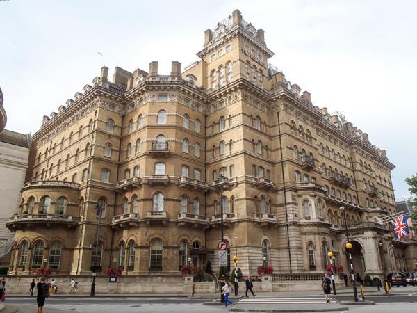 Khách sạn được thiết kế một cách cổ kính trang nghiêm khiến du khách cảm thấy như bước vào một không gian hoàn toàn khác không liên quan gì tới thế giới bên ngoài.