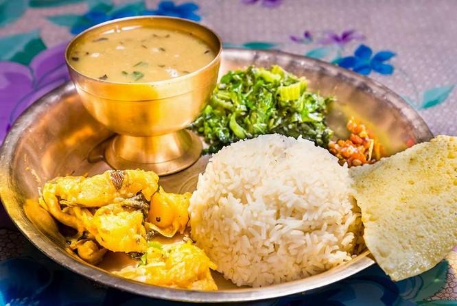 Món ăn truyền thống của người Nepal là Dah-Bhat-Tarkari là món ăn kết hợp giữa cơm nóng, súp đậu lăng và cà ri rau như cải xanh, khoai tây, đậu, cà chua, bắp cải…cùng với các gia vị. Ảnh: Xinhua