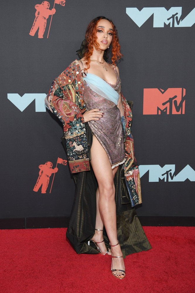 Rosalía trong trang phục của Burberry. Ảnh: Vogue
